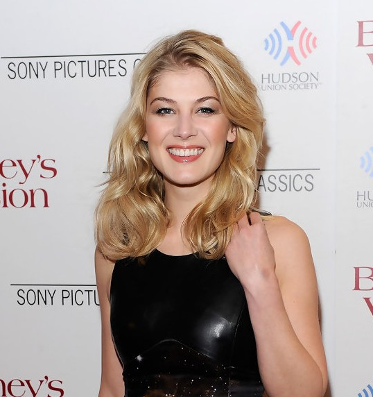 Rosamund Pike Medium Blonde Wavy Hairstyle Hairstyles Weekly