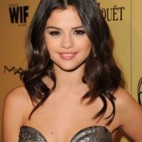 Selena Gomez Medium Hairstyles: Sexy Wavy Hairstyle