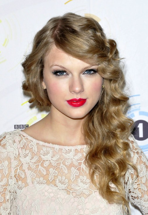 Taylor Swift Long Curly Hairstyle With Side Swept Bangs