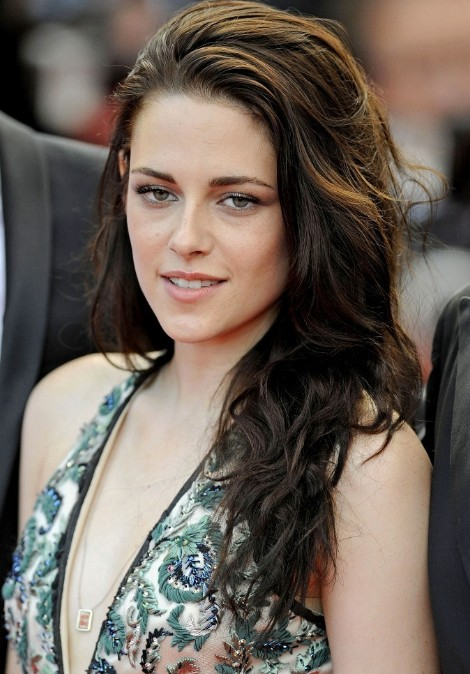 Kristen Stewart Loose Long Wavy Hairstyle For Holidays