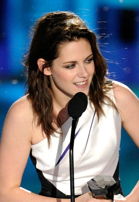 Kristen Stewart Textured Wavy Hairstyle For Shoulder Length Hair Hairstyles Weekly