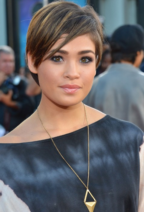 nicole anderson short hairstyle: layered razor cut with side swept