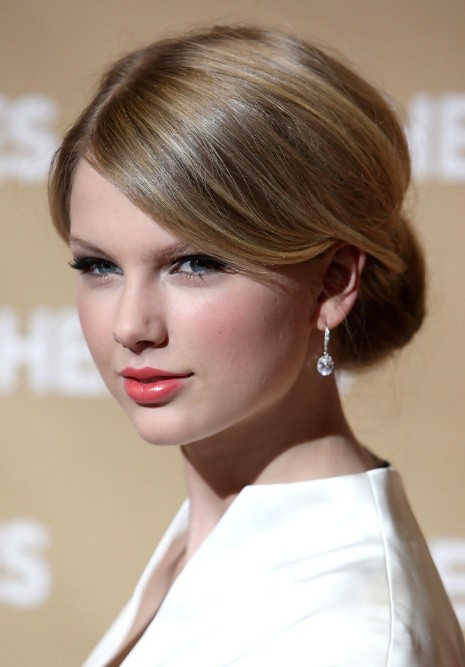 Taylor Swift Classic Sleek Chignon With Side Swept Bangs - Hairstyle chignon bun