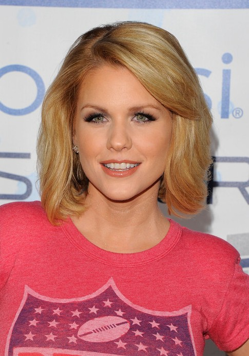 Carrie Keagan Cute Short Hairstyle with Bangs for Thick Hair