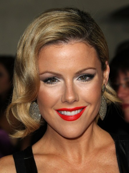 kathleen robertson hairstyle: deep side part jaw length bob