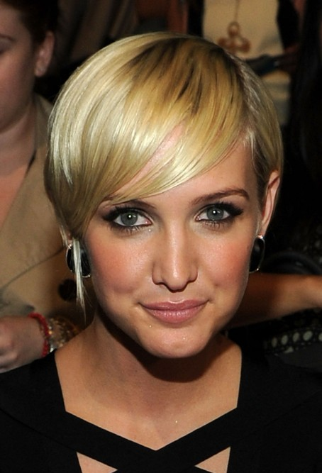 Layered golden sleek razor cut with bangs ashlee simpson ashlee simpson short hairstyles 2013 urmus Gallery