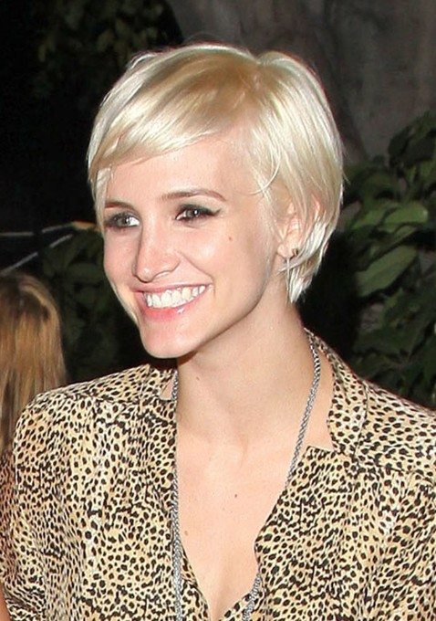 Ashlee Simpson Sweet Short Hairdo with Side Swept Bangs /FlynetPictures.com