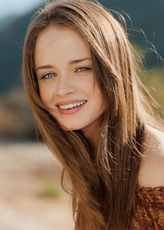 beautiful beachy wavy hairstyle for long hair - alexis bledel
