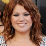 Kelly Clarkson shoulder length copper hairstyle with tousled waves