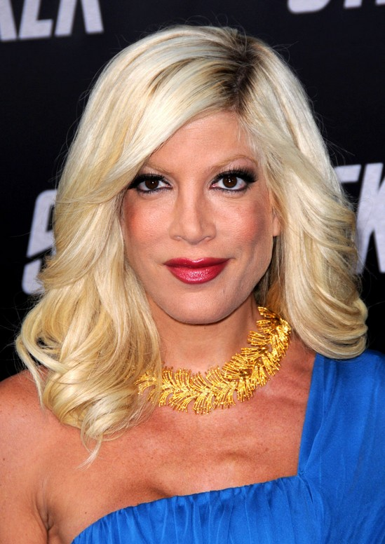 Smooth Waves In Med Long Pale Blonde Hair Tori Spelling S