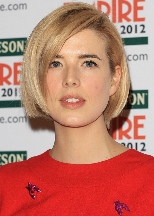 Chic Short Straight Bob Cut With Side Swept Bangs Agyness Deyns