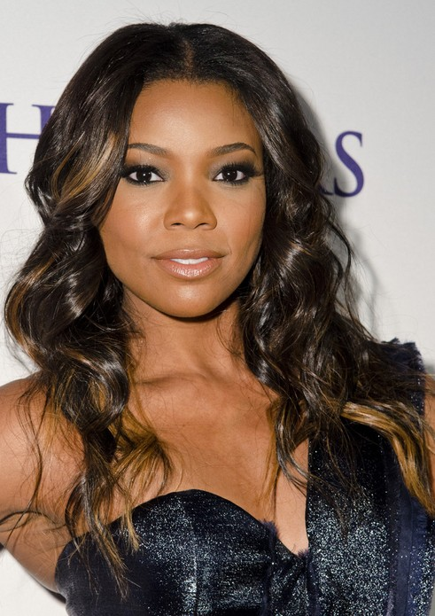 Center parted long wavy hairstyle for black women - Gabrielle Union hairstyles