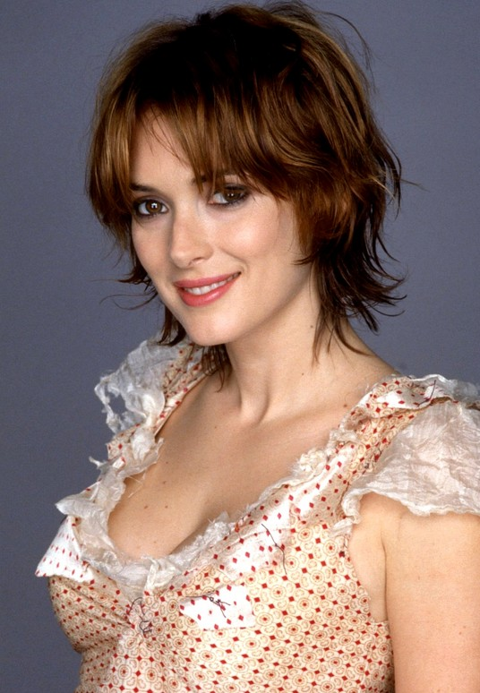 Edgy Razor Cut With Highlights Winona Ryder S Layered Short Bob Cut Hairstyles Weekly