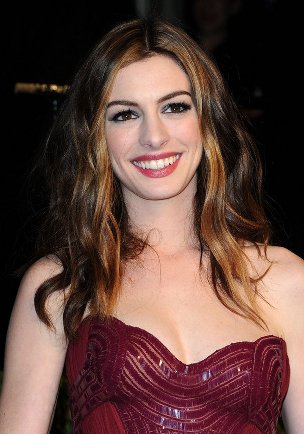 Actress Anne Hathaway Long Wavy Hairstyle for Fall