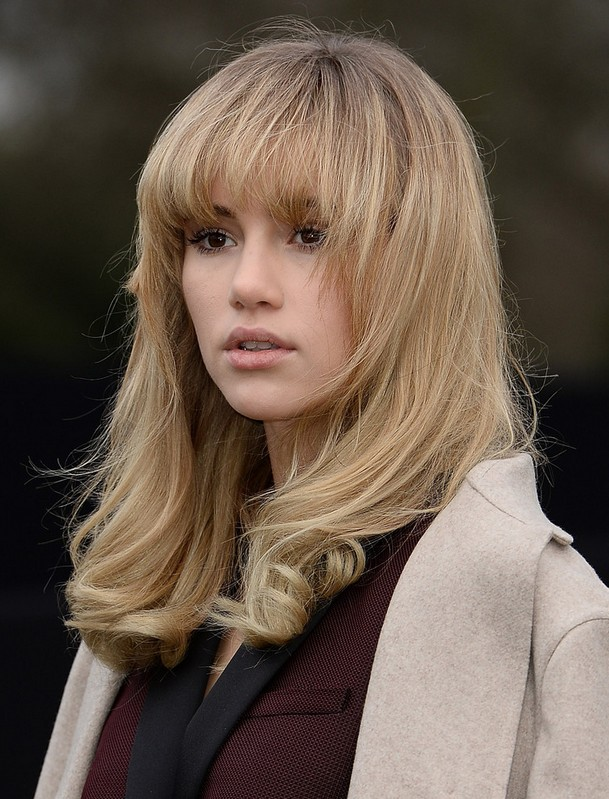 Suki Waterhouse Messy Long Wavy Hairstyle with Bangs for Winter
