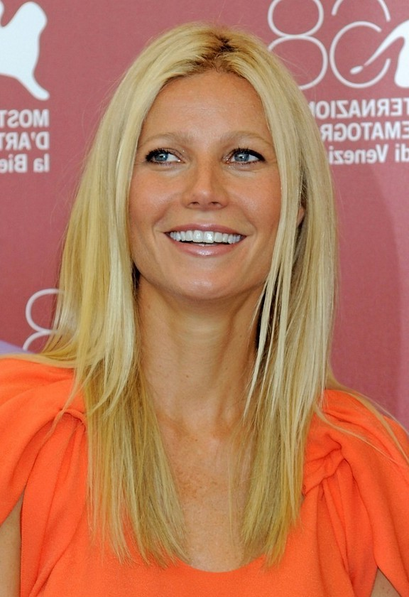 Gwyneth Paltrow Simple Easy Long Blonde Straight Hairstyle for Summer