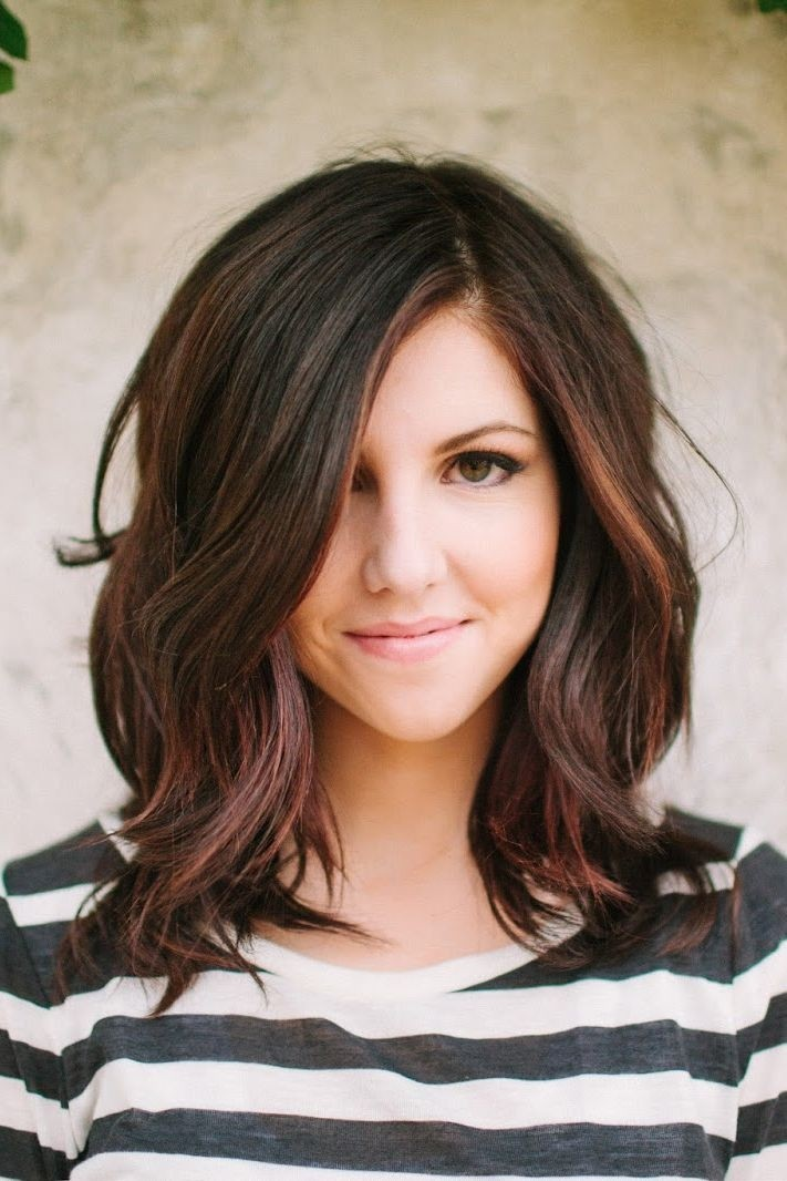 Highlighted medium wavy hairstyle with layers