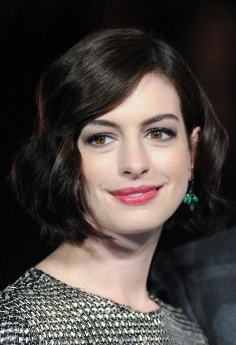 Anne Hathaway Short Thick Wavy Bob Hairstyle for Women