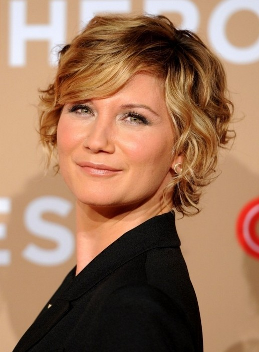 Jennifer Nettles short wavy curly hairstyle with side bangs