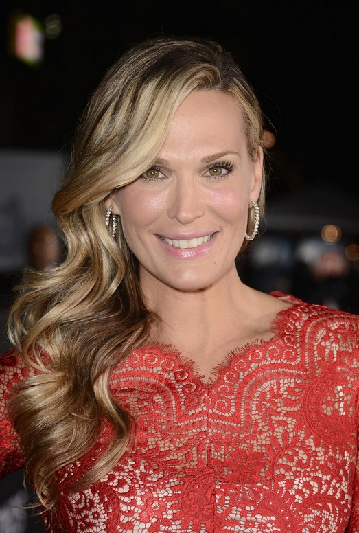 Molly Sims Elegant Side Sweep Curly Hairstyle for Prom