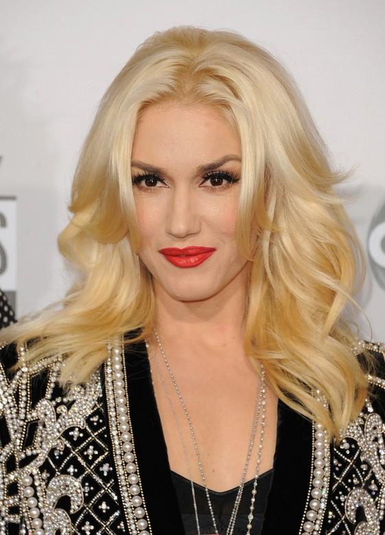 Celebrity long blonde wavy hairstyle Gwen Stefani