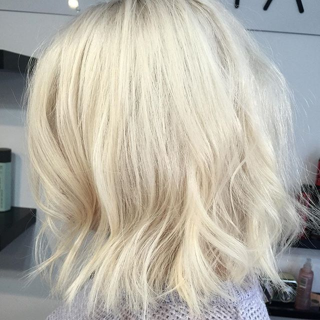 Layered Blonde Bob Hairstyle With Beachy Waves Hairstyles Weekly